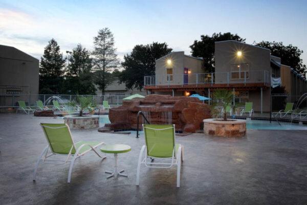 medium-student-apartments-courtyard-in-denton